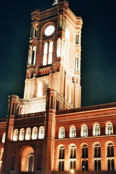 Rathaus rouge de nuit à Berlin