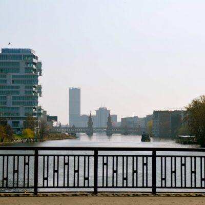 Vue sur Spree d'un pont avec Oberbaumbrücke