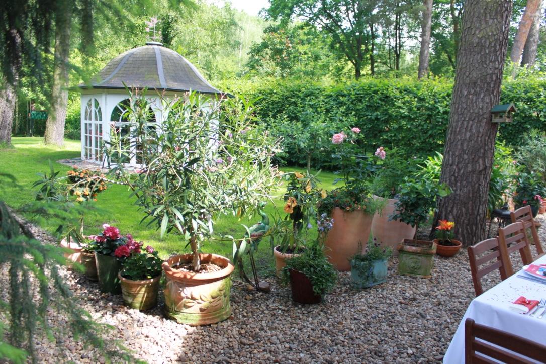 Maison avec jardin et terrasse en bordure de for t for Jardin terrasse appartement