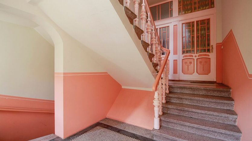 Superbe cage d'escalier aux couleurs lumineuses