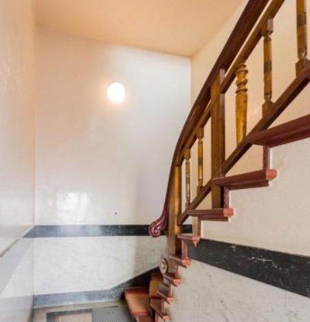 Belle et lumineuse cage d'escalier