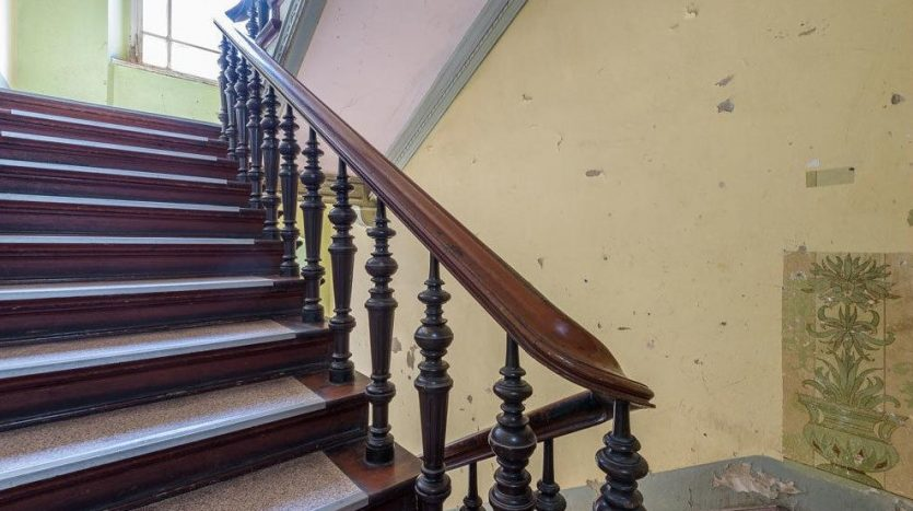 Belle cage d'escalier en bois