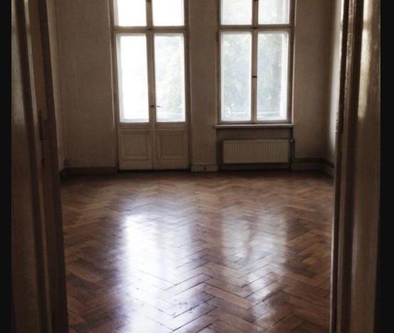 Chambre spacieuse avec un parquet à bâtons rompus