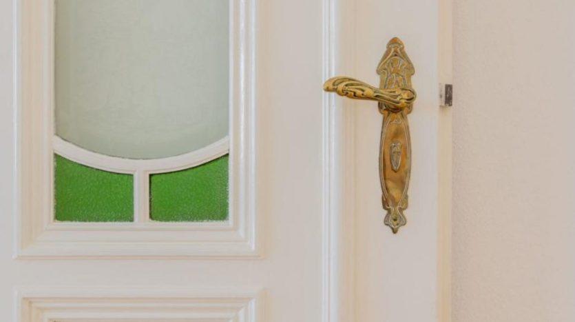 Détails de porte, travail du verre et de la poignée