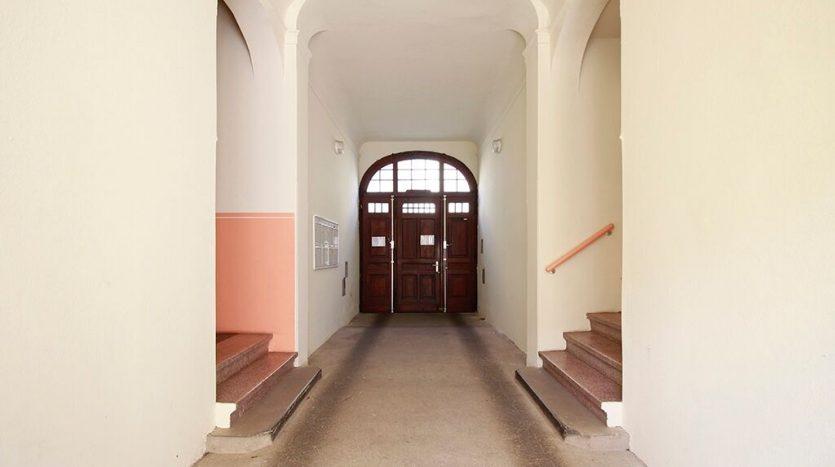 Entrée de l'immeuble spacieuse et élégante