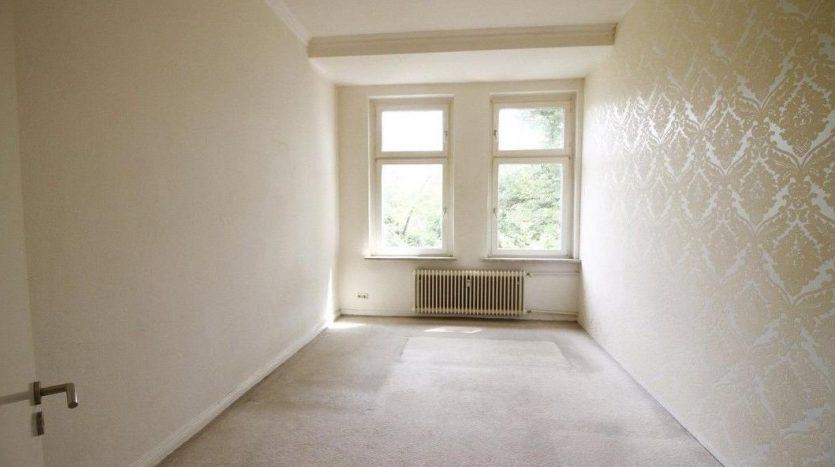 Salon spacieux avec deux fenêtres orientées au sud (chambre 1)