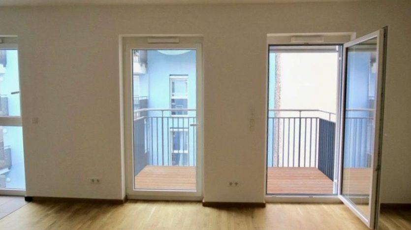 salon-cuisine avec accès au grand balcon