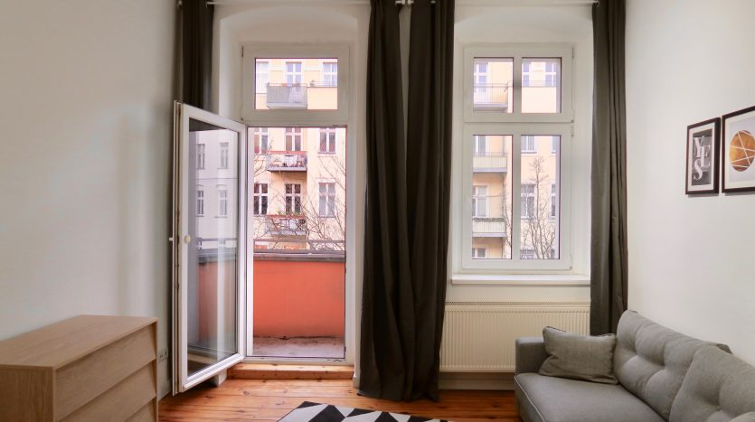 Chambre lumineuse avec accès au balcon