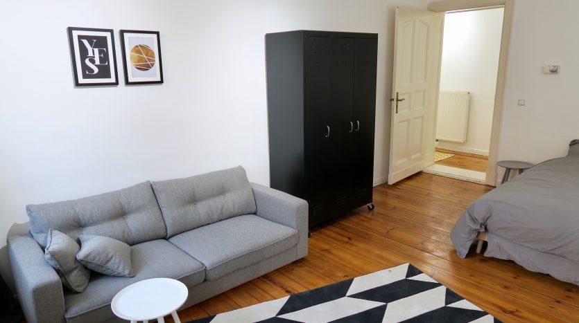 Chambre lumineuse avec armoire, lit-double et canapé