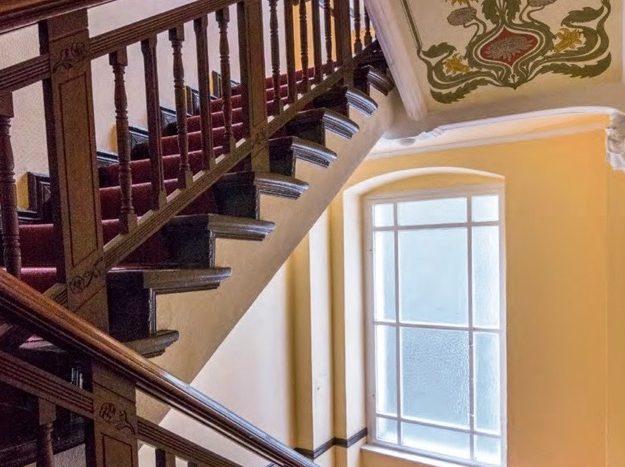 Décorations murales dans la cage d'escalier