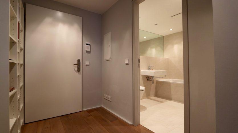 Entrée avec accès à la salle de bain