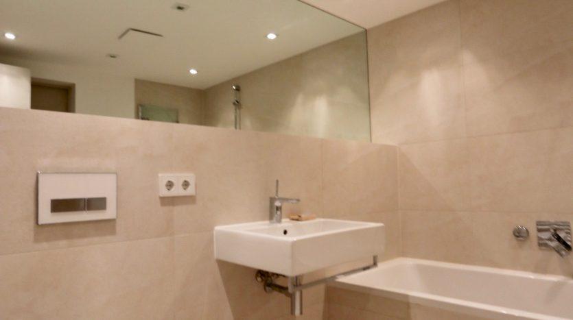 Salle de bain avec toilette et baignoire